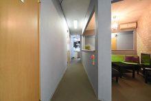 1F・個室前廊下。