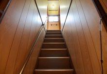 1Fから2Fへの手すり付き階段。