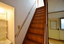 2Fから3Fへの手すり付き階段。