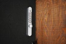 玄関のカギはナンバー式ロック。